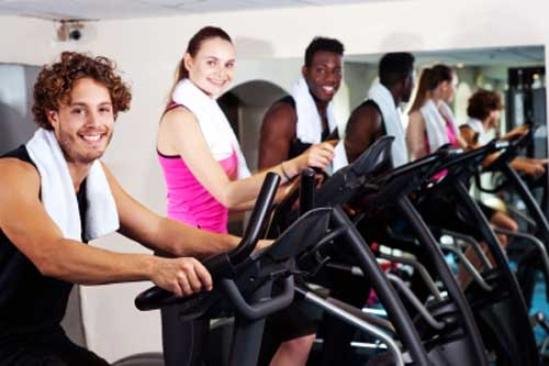 men women exercising in gym to avoid breast cancer